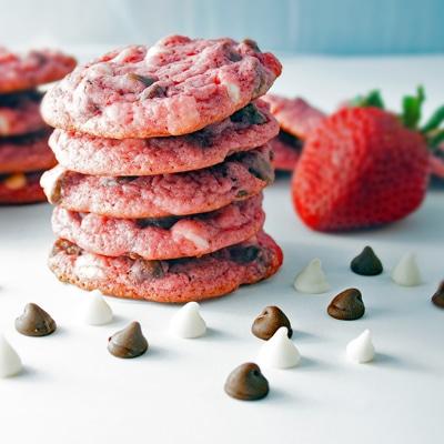 Super Strawberry White and Dark Chocolate Chip Cookies ...